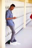 Telefono cellulare maschio di By Lockers Using dello studente della High School Immagini Stock