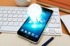 Telefono cellulare moderno con la lampadina Fotografia Stock