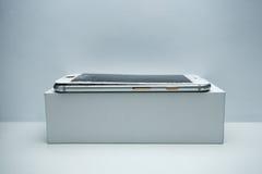 Telefono cellulare moderno con lo schermo rotto su fondo bianco immagine stock libera da diritti