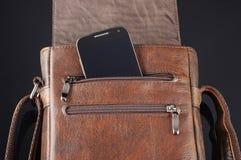 Telefono cellulare nella tasca della borsa di cuoio del messaggero Fotografia Stock Libera da Diritti