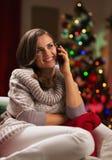 Telefono cellulare parlante della giovane donna Fotografie Stock