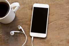 Telefono cellulare sulla tavola di legno fotografia stock libera da diritti