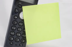 Telefono con la nota appiccicosa Fotografie Stock Libere da Diritti