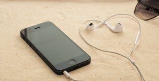 Telefono con le cuffie e gli occhiali da sole Fotografia Stock Libera da Diritti