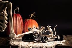 Telefono d'annata di composizione di scheletro di Halloween Fotografie Stock Libere da Diritti