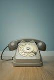 Telefono d'annata grigio sul pavimento fotografie stock libere da diritti