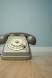 Telefono d'annata grigio sul pavimento fotografia stock libera da diritti