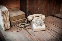 Telefono d'annata su fondo di legno Immagini Stock Libere da Diritti