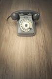 Telefono d'annata sulla superficie del legno duro immagine stock libera da diritti