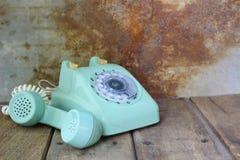 Telefono d'annata verde sulla tavola di legno Fotografia Stock Libera da Diritti
