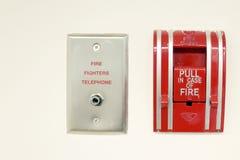 Telefono dei pompieri e degli allarmi antincendio su fondo bianco fotografie stock