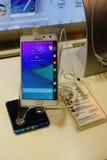 Telefono del bordo della nota della galassia di Samsung su esposizione Immagine Stock