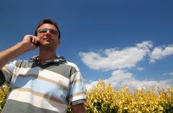 Telefono del briciolo degli uomini Fotografia Stock Libera da Diritti