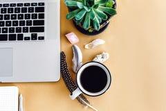 Telefono del computer portatile e taccuino e caffè alla moda con il cryst delle piume Fotografia Stock