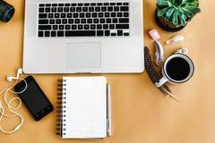 Telefono del computer portatile e taccuino e caffè alla moda con il cryst delle piume Immagine Stock