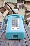 Telefono dell'annata sulla vecchia tabella di legno immagine stock libera da diritti