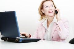 Telefono dell'operatore della donna con il computer portatile Immagini Stock Libere da Diritti