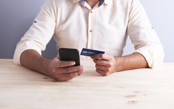 Telefono dell'uomo d'affari della carta assegni immagine stock libera da diritti