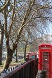 Telefono della cabina a Londra immagini stock