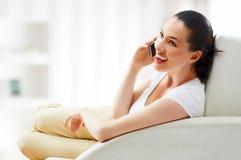 Telefono della holding della ragazza Immagine Stock