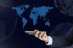 Telefono della mano dell'uomo con la mappa immagine stock libera da diritti