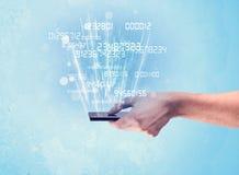 Telefono della tenuta della mano con i numeri digitali Immagini Stock