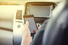 Telefono della tenuta e dell'uomo d'affari in automobile Fotografie Stock Libere da Diritti
