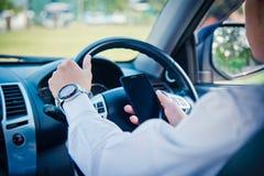 Telefono della tenuta e dell'uomo d'affari in automobile Immagini Stock Libere da Diritti