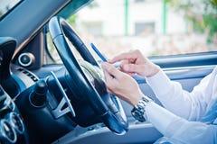 Telefono della tenuta e dell'uomo d'affari in automobile Immagine Stock