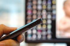 Telefono delle cellule di holding della mano Fotografie Stock Libere da Diritti