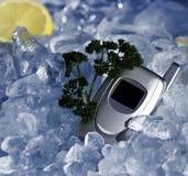 Telefono delle cellule su ghiaccio immagini stock libere da diritti