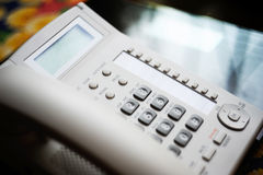 Telefono di conferenza sulla tavola di vetro esecutiva Immagini Stock