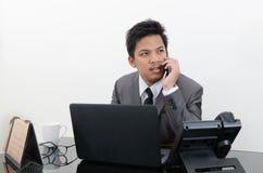 Telefono di conversazione dell'uomo di affari in ufficio Fotografia Stock Libera da Diritti