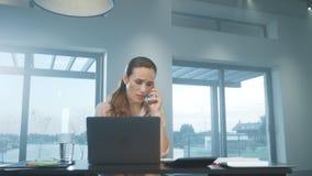 Telefono di conversazione della donna di affari Persona femminile turbata che spiega sul telefono cellulare video d archivio