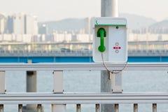 Telefono di emergenza con un microtelefono verde fotografia stock