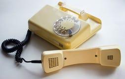 Telefono di giallo di Оld con il microtelefono 0ff immagini stock