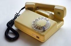 Telefono di giallo di Оld con il microtelefono 0ff fotografia stock libera da diritti
