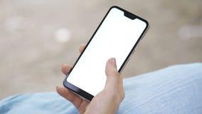 Telefono di mobil della tenuta della mano della donna archivi video