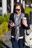 Telefono di sguardo femminile Immagini Stock
