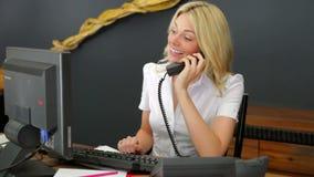 Telefono di Using Computer And del receptionist dell'hotel stock footage