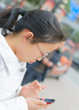 Telefono di uso della ragazza Immagini Stock Libere da Diritti