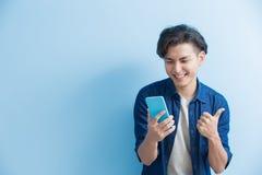 Telefono di uso dello studente dell'uomo immagini stock