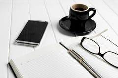 Telefono di vetro del blocco note della tazza di caffè Immagini Stock Libere da Diritti