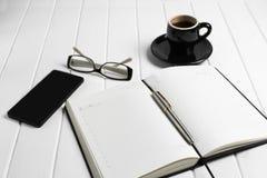 Telefono di vetro del blocco note della tazza di caffè Immagine Stock
