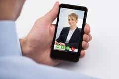 Telefono di Videochatting On Mobile della persona di affari Fotografie Stock
