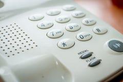 Telefono digitale moderno, isolato su fondo di legno L'immagine del telefono Ufficio di chiamata della teleconferenza di Voip immagine stock libera da diritti