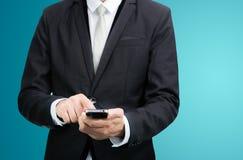 Telefono diritto della tenuta della mano di posizione dell'uomo d'affari isolato Fotografia Stock Libera da Diritti