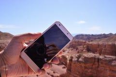 Telefono a disposizione Canyon di Charyn fotografia stock libera da diritti