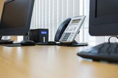 Telefono e computer sul lavoro della tavola Fotografie Stock Libere da Diritti