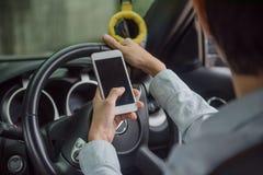 Telefono e donne che conducono automobile sulla strada Incidenti di causa dei pericoli fotografia stock libera da diritti